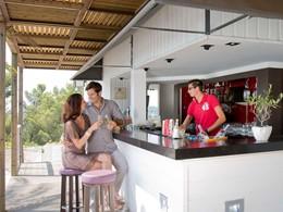 Rafraichissez vous au bar du Loup du Club Med Opio en Provence