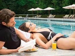 Détente au bord de la piscine du Club Med Vittel Ermitage