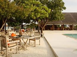 Les pieds dans le sable au Restaurant Ufaa du Cocoa Island