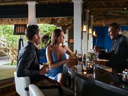 Sirotez des cocktails exotiques au bar