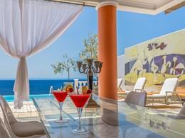 Sirotez des cocktails exotiques au Danaï Beach Resort
