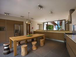 La cuisine de la villa Deckenia aux Seychelles