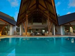 Profitez de la belle piscine de la villa Deckenia