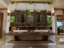 Une salle de bain de la villa Deckenia, située à Praslin