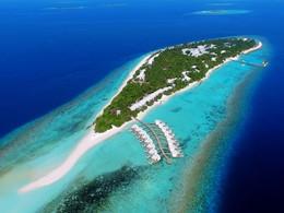 Vue aérienne du Dhigali situé sur une sublime île corallienne
