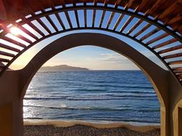 La plage d'Agioi Apostoloi où se trouve le Domes Noruz en Crête