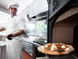 Délicieuses pizzas au feu de bois à l'hôtel Eden Roc