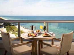 Copieux petit déjeuner face à l'océan à l'Eden Roc