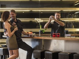 Sirotez une délicieuse boisson à l'Argo Bar de l'Elounda Gulf