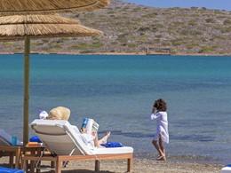 Détente au bord de la plage de l'hôtel Elounda Gulf Villas