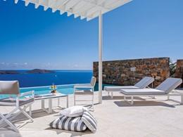 La piscine chauffée de la Massage Suite de l'Elounda Gulf Villas & Suites