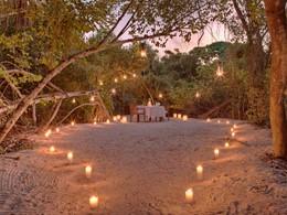 Passez des instants romantiques à deux le temps d'un dîner dans le sable