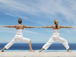 Séance de yoga face à l'océan