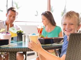 Sirotez des délicieuses boissons au Fairmont Kea Lani