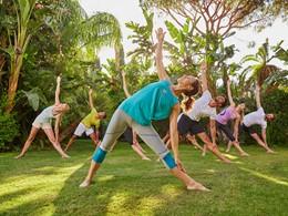 Séance de yoga dans le jardin