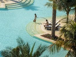 Profitez de la superbe piscine du Four Seasons à Dubaï