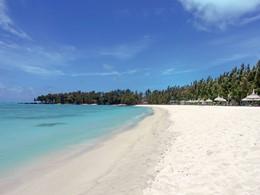 Profitez de la belle plage aménagée du Four Seasons, situé sur l'île aux Cerfs