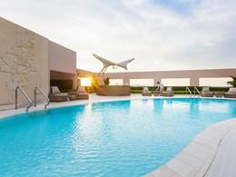 La superbe piscine sur le toit de l'hôtel Four Seasons