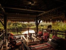 Sirotez un délicieux cocktail au Burma Bar du Four Seasons