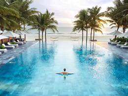 La piscine du Fusion Maia Da Nang, situé face à la mer de Chine