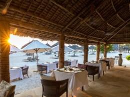 Observez le coucher de soleil depuis le restaurant situé sur la plage