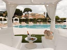 Rafraichissez vous au bord de la piscine de l'hôtel