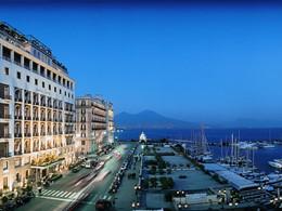 Vue de l'hôtel et du port, de nuit
