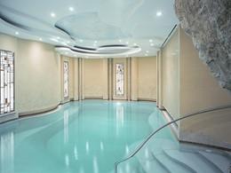 La piscine intérieur de l'hôtel