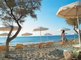 Détente sur la plage du Grecotel Lux Me Rhodos