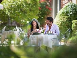 Petit-déjeuner dans le jardin verdoyant