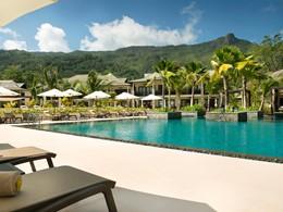 Détente au bord de la piscine de l'hôtel H Resort
