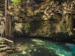 Nager dans les eaux d'un bleu profond du spa de l'Hacienda Temozon