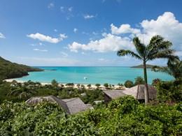 La vue générale de l'hôtel entre nature et plage