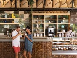 Sirotez une bonne tasse de café à l'Aroma Cafe