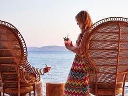 Sirotez des cocktails exotiques sur la plage