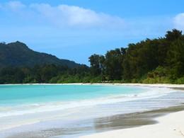 La plage de l'hôtel et son eau cristalline