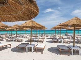 Détente sur la plage de sable doré