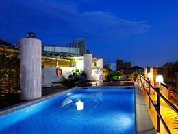Autre vue de la piscine de l'hôtel Claris en Espagne
