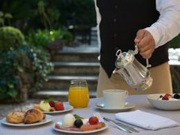 Copieux petit déjeuner dans le jardin de l'Hôtel de Russie