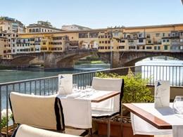 Dégustez un repas face à la rivière Arno