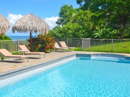 La belle piscine de l'Hotel Plein Soleil en Martinique