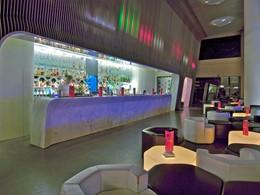 Le bar de l'hôtel 5 étoiles Silken Puerta de América en Espagne