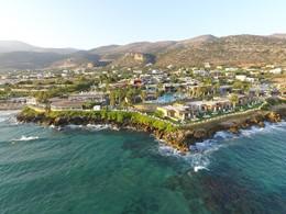 Vue de l'hôtel Ikaros, situé sur une péninsule rocheuse en Crète