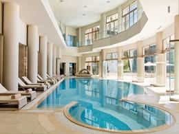 La piscine du spa de l'hôtel Ikos Oceania en Grèce