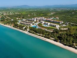 Vue aérienne de l'Ikos Oceania, un imposant resort familial en bord de plage