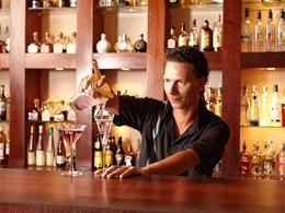 Sirotez des délicieuses boissons au bar de l'Intercontinental