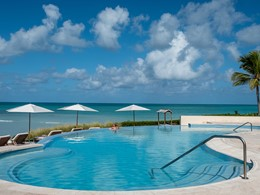 La superbe piscine de l'hôtel Jumby Bay à Antigua