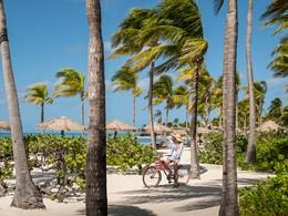 Balade à vélo au Jumby Bay, situé dans un environnement paradisiaque