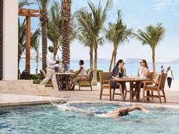 Rafraichissez vous au bord de la piscine du Jumeirah Al Naseem