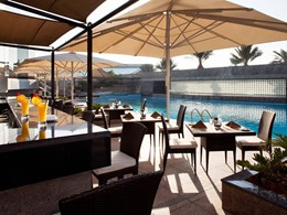 Sirotez une délicieuse boisson au bord de la piscine du Jumeirah